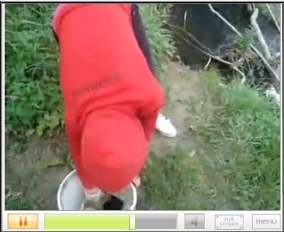 สาวใจร้ายจับหมาโยนน้ำ