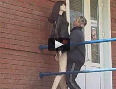 คลิป คนเมาชาวรัสเซียพยายาม มีอะไรกับหุ่นโชว์ หน้าร้านเสื้อผ้า (18+)